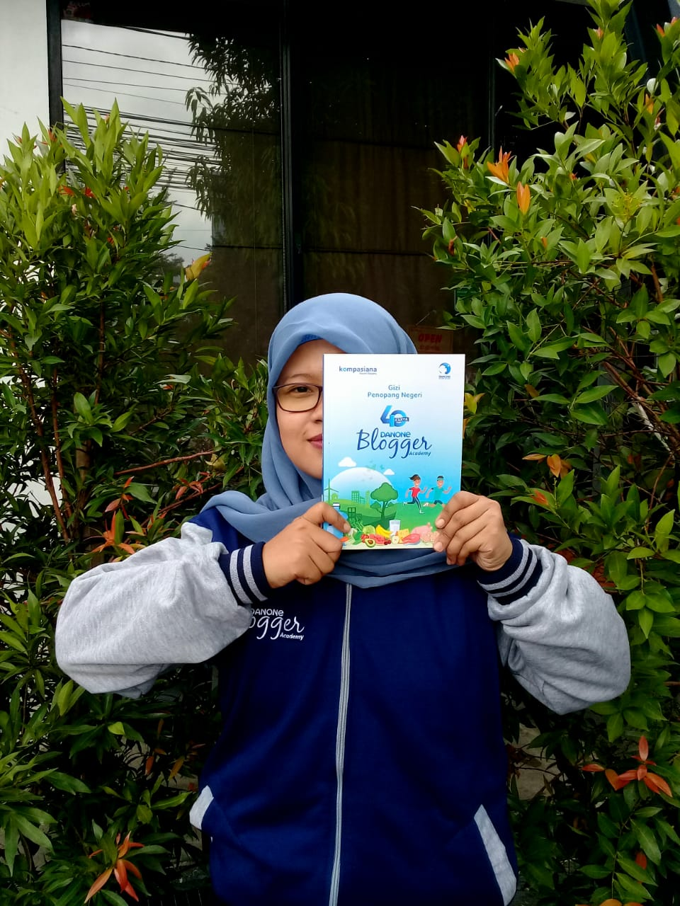 "Sampul buku ""Gizi Penopang Bangsa"" yang ditulis oleh 40 blogger nutrisi."